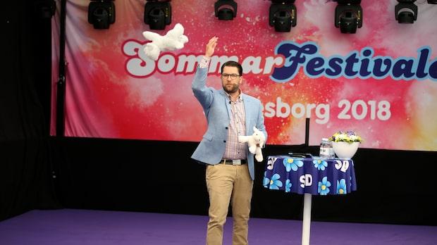 Åkessons pridehån på scenen – kastade gosedjur
