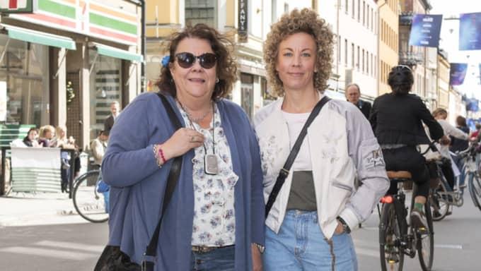 """Hur ofta byter du telefonabonnemang? Varför? Kicki Vestin, 60, familjeterapeut, Stockholm: """"Jag byter väldigt sällan. Jag har haft samma sedan 1995, men fick byta för ett tag sedan när jag skulle byta till företagstelefonen."""" Sandra Vestin, 39, servitris, Stockholm: """"Jag har inte bytt operatör på 12 år tror jag. Vartannat år när jag byter telefon, så ser jag ändå över att jag har rätt abonnemang så det förbättras."""" Foto: Ann Jonasson"""