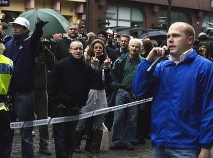 2008: SD fick under Jimmie Åkessons ledarskap nytt liv och Erik Almqvist tog över ledningen av ungdomsförbundet. Här talar han på ett möte i Malmö där han möttes av motdemonstranter. Foto: Foto: Expo