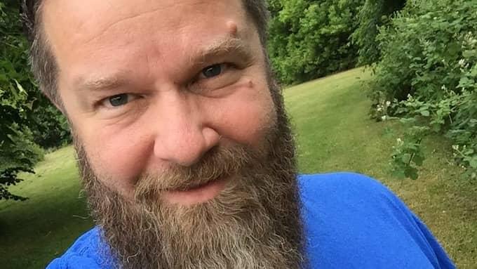 Polisen har inte tagit attackerna mot demonstranterna på allvar, enligt Tobias Lohse som är ordförande på Refugees Welcome Sverige.
