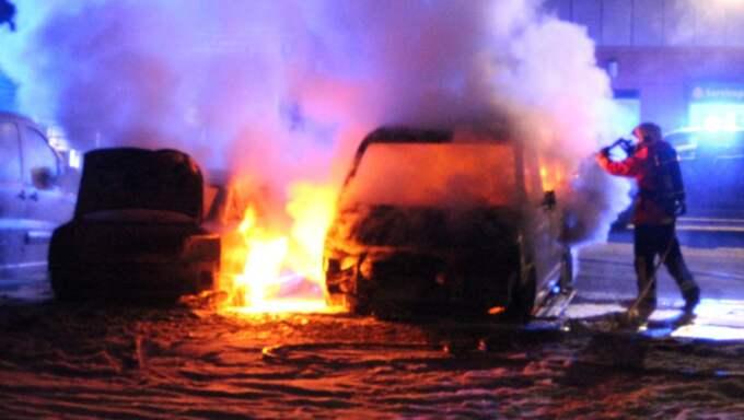 Minst tre bilar brann i närheten av en bensinstation i Gnesta. Foto: Sören Nilsson/Nyhetswebben.Se