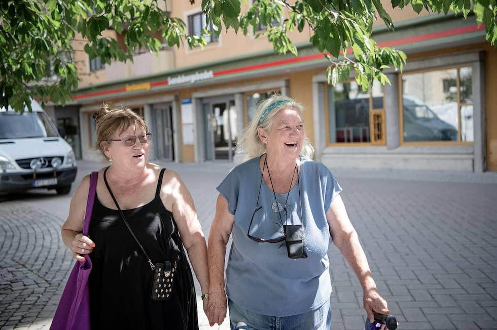 """Yvonne Domeij, 72 och Elisabet Servaeus, 69, har känt varandra sedan 1949. """"Vi tog över våra mammors vänskap"""", säger Yvonne. Foto: Alex Ljungdahl"""