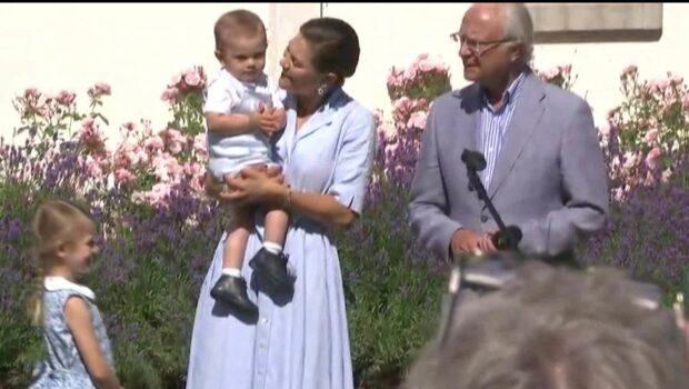 Prins Oscar applåderar för mamma på Öland