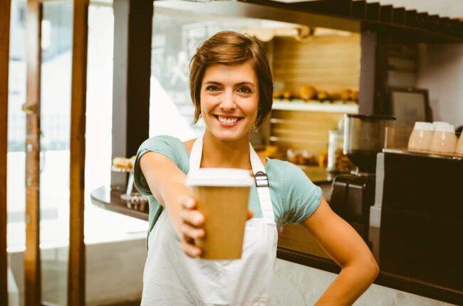 Visst är det mysigt att köpa sig en take away-kaffe och dricka på väg till jobbet? Men om du räknar ut vad en (eller två?!) kaffe om dagen kostar på en månad eller ett år är det kanske inte lika mysigt längre.