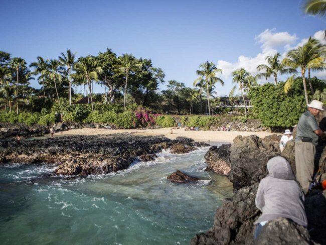 Mysig vik. En bit bortom stranden på Wailea finns en undangömd strand mellan vulkanstenarna.