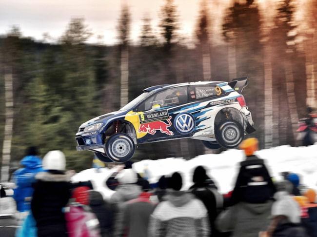 Andreas Mikkelsen ledde i svenska rallyt förra året - men en snövall satte stopp.