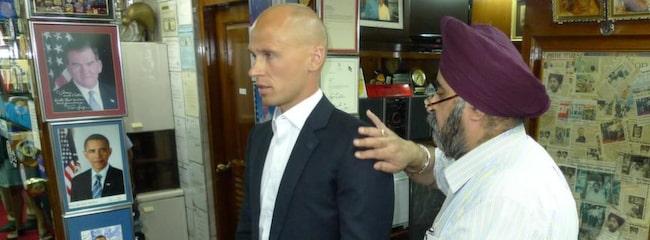Peter Ström, 39, rättar till snitsen på den nya Barack Obama-inspirerade kostymen under Jessi Gulatis inspektion.