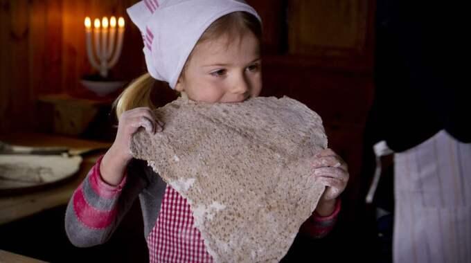 Förra året var det pepparkakor som bakades i julhälsningen – men nu är det tunnbröd som gäller för Estelle. Foto: Kungahuset.se
