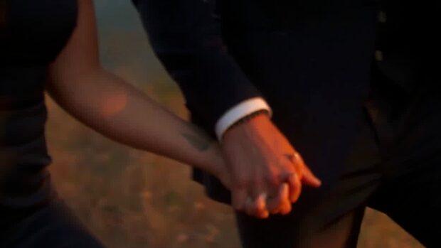 """Här delar Simon och Felix ut sista rosen i """"Bachelor"""""""