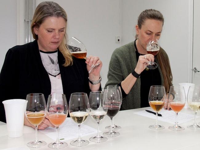 Elsa Holgersson och Annika Wannberg provar cirka 4000 drycker om året.