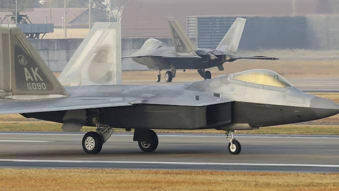 Ett amerikanskt F22-plan på landningsbanan i Gwangju. Foto: / AP TT NYHETSBYRÅN