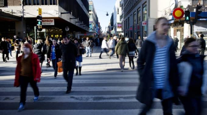 Människor i allmänhet ligger efter politiker, enligt studien. Bilden är från Drottninggatan i Stockholm. Foto: Annika Af Klercker