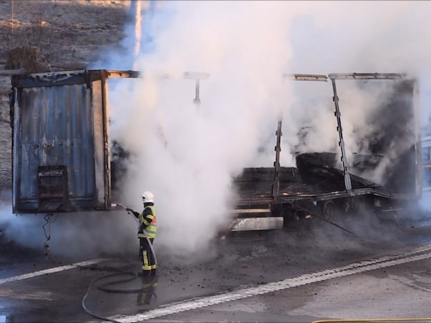Lastbil brann i farten – E4 kan stängas hela dagen