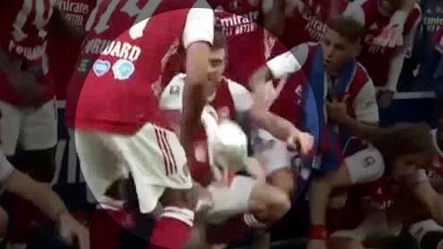 Här tappar Arsenal-stjärnan bucklan under firandet