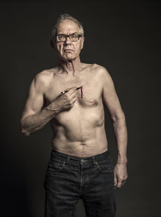Konstnären Lars Vilks, porträtterad av Elisabeth Ohlson Wallin i somras. Hon ser bilden som en kommentar till dagens räddhågsna konstklimat. Foto: Elisabeth Ohlson Wallin
