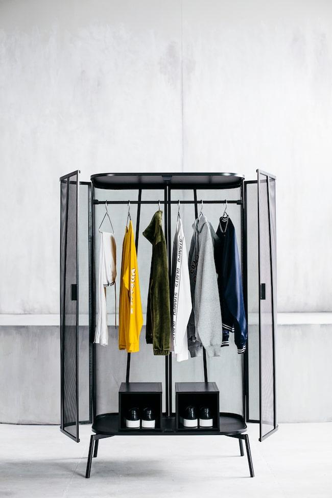 """""""För att skapa spännande visuella effekter valde jag ett finmaskigt metallnät till Spänst klädskåp. Eftersom nätet också släpper igenom luft kan du till och med hänga in fuktiga kläder"""", säger formgivaren Maja Ganszyniec."""