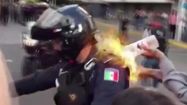 Starka bilder: Här sätter demonstranten eld på polisman