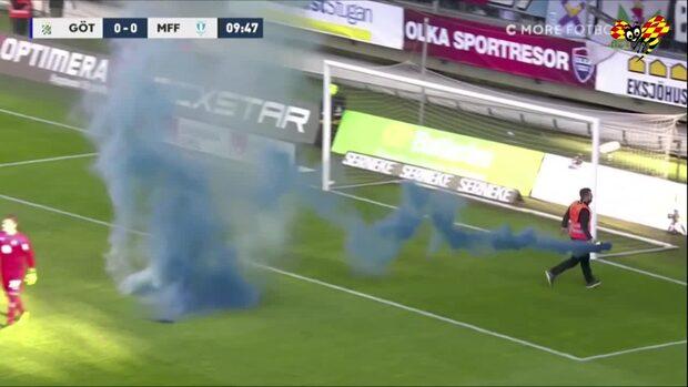 Rökpjäs inkastad på plan – matchen avbryts
