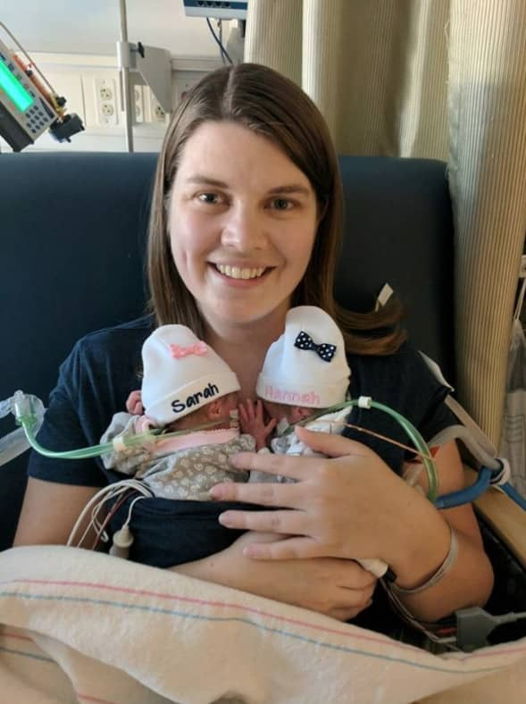 Katie Evans med sina nyfödda tvillingflickor Hannah och Sarah innan hon dog. Foto: YOUCARING.COM