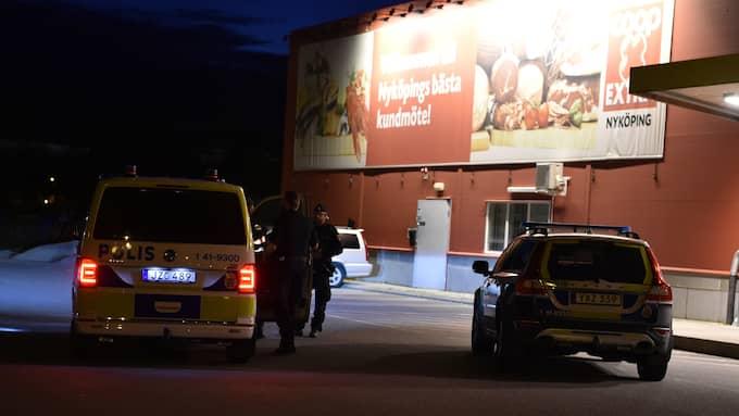 De två pistolrånarna band butikspersonalen. Foto: Pontus Stenberg