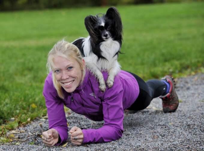 1. Plankan Gör så här: Stå på knä eller tå och sätt armbågarna axelbrett i marken. Håll kroppen rak och spänn magen. När hunden är på plats på din rygg fäster du blicken i marken och står kvar så länge du orkar. Du tränar: Mage och rygg. Hunden tränar: Lydnad och koncentration. Tips: För att få hunden att ligga still på din rygg medan du tränar kan det vara bra att öva hemma först. Det underlättar när ni kommer ut på platser där hunden lättare blir distraherad. Foto: Christian Örnberg