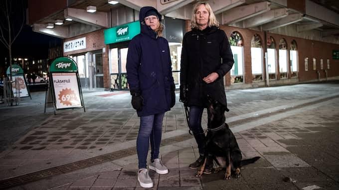 Efter ökade oroligheter vid butiken Tempo i Sandviken har privatpersonerna Anna Ragnarsson och Marie Ekström tagit sina hundar och ställt sig utanför för att vakta. Foto: ALEX LJUNGDAHL