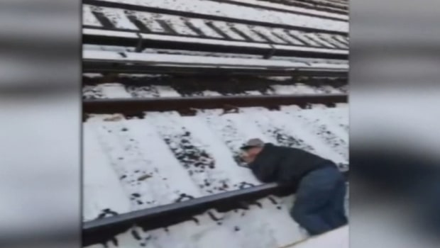 Mannen ligger avsvimmad på tågrälsen - då rycker främlingarna in