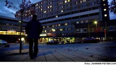 Polisen misstänker att dubbelmördaren i Linköping har sökt vård i hemlighet. Enligt polisen är mördaren allvarligt skadad i högerhanden.