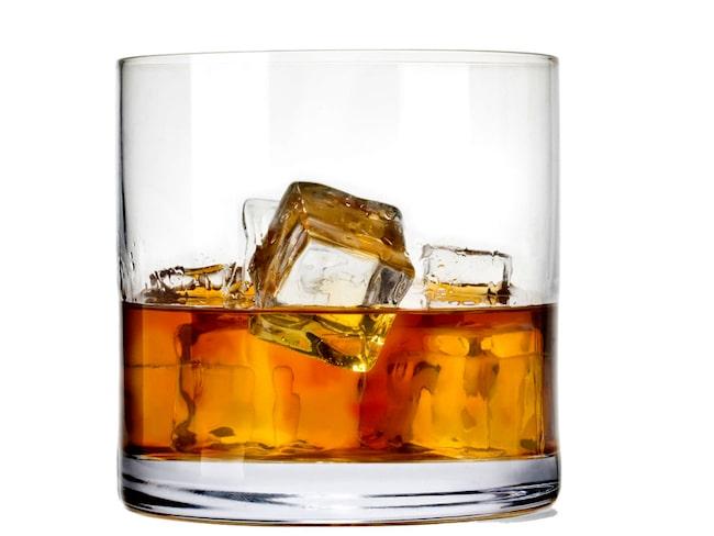 Många gillar att ha is i sin whisky. Problemet är bara att whiskyn kommer att smaka mindre.