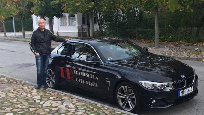 """""""Jag har egentligen världens bästa jobb. Jag får omkring hela dagen på Österlen i en fin bil med trevliga människor"""", konstaterar Rolf Nilsson som försöker använda humorn i sitt jobb som körlärare. Foto: INGELA NILSSON"""
