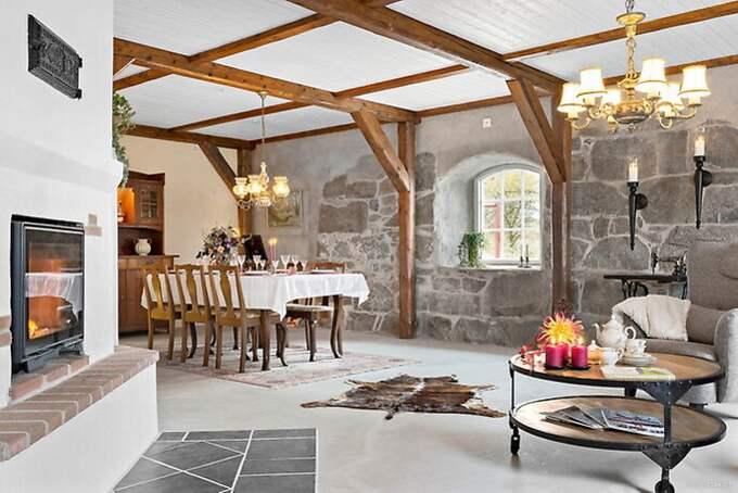 Den gamla gråstensgrunden från 1900 ger huset en rustik prägel. Foto: Powered by Diakrit, Michael Moqvist