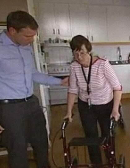 MÅSTE SÖKA JOBB. Margareta Johansson håller på att lära sig gå igen efter hjärntumören. Om tre månader måste hon infinna sig på arbetsförmedlingen Foto: TV4