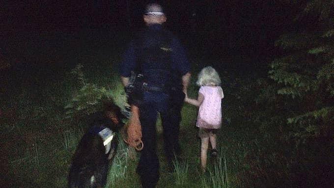 Hundföraren och hunden Attack som hittade Ellenor, 6, i skogen. Foto: Polisen Hudiksvall