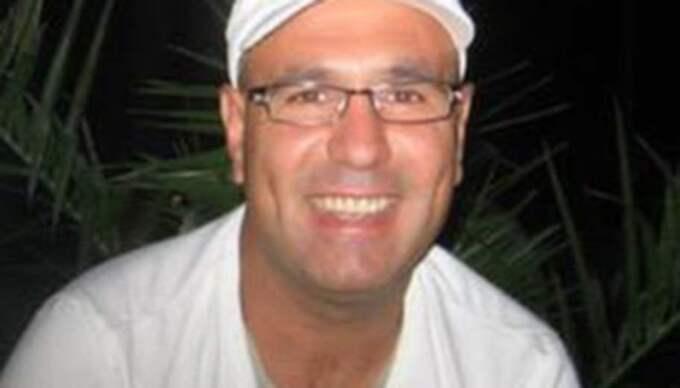 RÄTTEGÅNG OM TVÅ MORD Bergsjön, 14 april 2013: • Idriz Dogani, 43, mördas när någon skjuter in genom hans köksfönster. • Dogani har under ett decennium figurerat i utkanten av den så kallade Naserligan, ett rivaliserande gäng till OG. • Den 31-årige OG-mannen är åtalad för mordet. 22-åringen är åtalad för medhjälp till mord. • Innan mordet ska 31-åringen enligt polisen haft mycket tät kontakt med Denho Acar. Några dagar efter mordet ska Acar även satt in 3 000 kronor på den då 21-årige mannens bankkonto, vilket enligt åklagaren tyder på att Acar är inblandad.