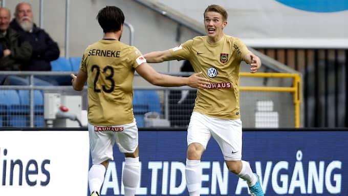 Brommapojkarnas Viktor Gyökeres (till höger), jublar efter en match i superettan mot Helsingborgs IF. Foto: MATHILDA AHLBERG / BILDBYRÅN