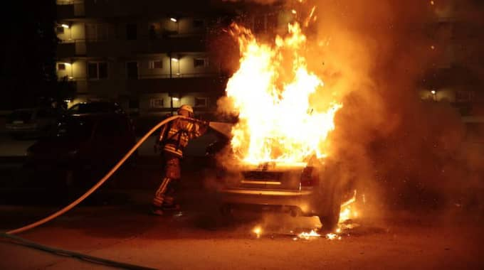 Upplopp. En bil brinner i Rinkeby under förra årets förortskravaller. Foto: Jörgen Hildebrandt