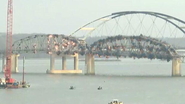 Här sprängs den 86 år gamla bron i bitar