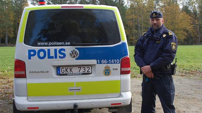 Alexander Vujovic ser till att det finns mjukdjur till barn i alla polisens patrullbilar. Foto: SUZANNE WERNERSSON/LINSLUSFOTO