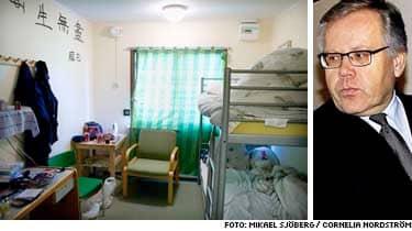 Rummen på Asptunafängelset är nio kvadratmeter stora och inredda med våningssäng, byrå och garderob. Toalett och dusch saknas. I de flesta fall är det dubbelboende som gäller. Man tilldelas säng i ett ledigt rum. Det innebär att man kan hamna med vem som helst, berättar Anders Nodén.