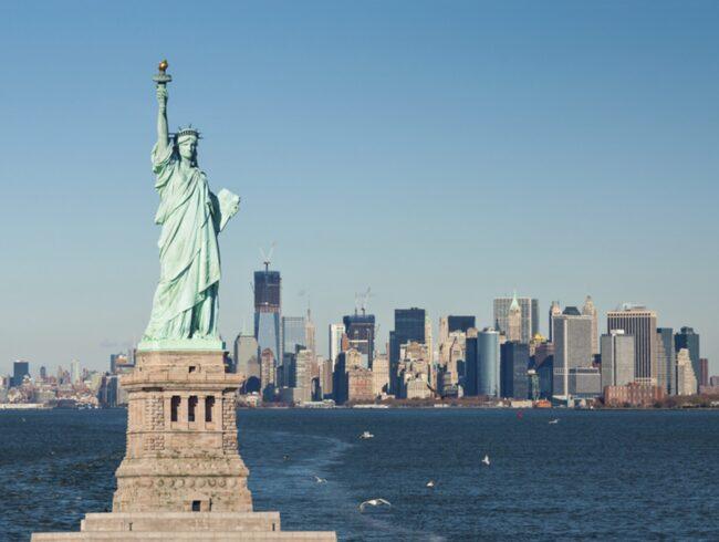 Den största myten av dem alla är att statyn är en gåva från den franska regeringen till den amerikanska dito.