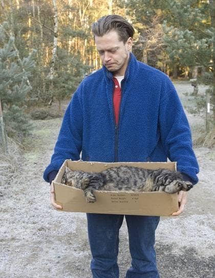 Mikael Silverholm hittade sin katt Tiger i svåra kramper på annandagen. När tjälen går ur marken ska Tiger begravas. Foto: Christer Järeslätt