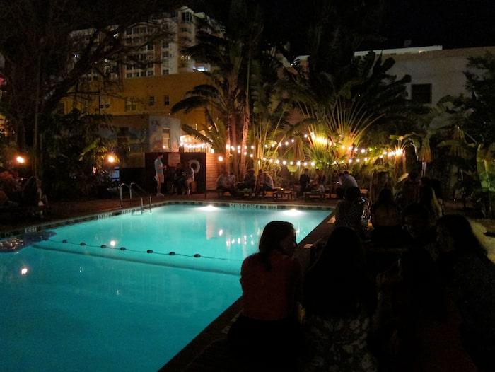 När solen gått ner samlas gästerna runt poolen.
