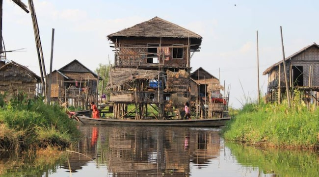 I Inlesjön står husen på pålar. Här levs livet mest på vattnet.