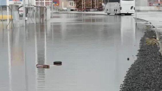 Översvämningar i Uddevalla – bilar fast i vattenmassorna