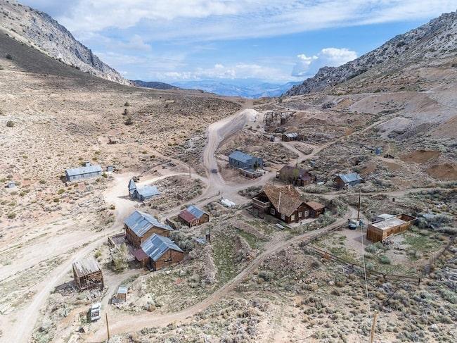 En liten gruvstad är till salu i USA.