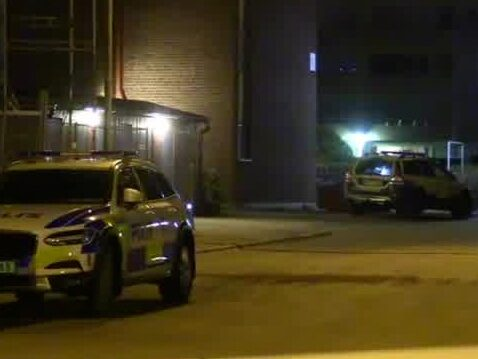 Två personer allvarligt skadade i skottlossning