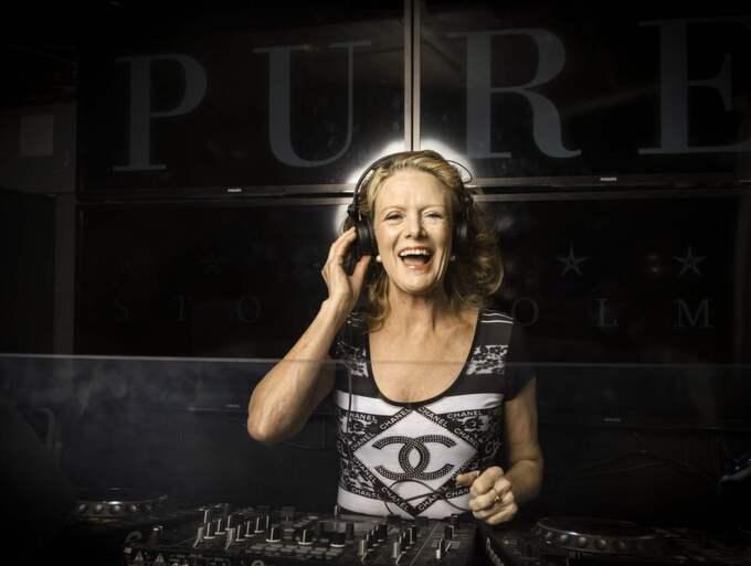 DJ Gloria, 71, är Sveriges – ja, kanske världens – äldsta kvinnliga DJ. Foto: Jonas Eriksson