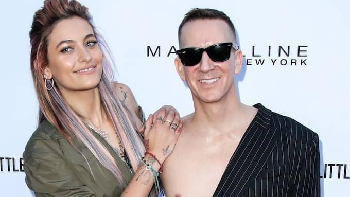 Designern Jeremy Scott rör sig med kändiseliten. Här med Paris Jackson i samband med ett vimmel på Beverly Hills Hotel i början av april. Foto: RALL / STELLA PICTURES BACKGRID US