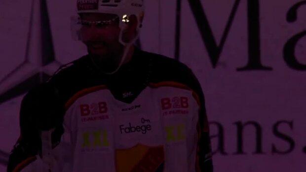 Irriterat efter mittenperioden – spelarna stannar kvar på isen
