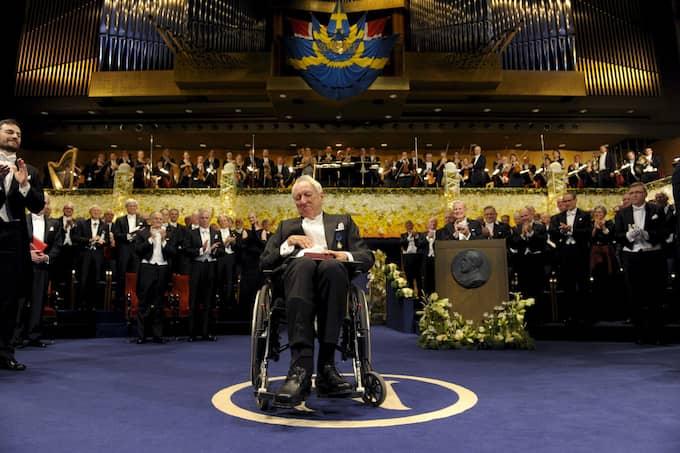 Tomas Tranströmer tar emot Nobelpriset i litteratur av Carl XVI Gustaf 2011. Foto: HENRIK MONTGOMERY / SCANPIX / SCANPIX SWEDEN